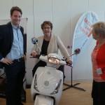 PSt Brigitte Zypries lässt sich von Daniel Tykesson seinen Elektroroller zeigen (C) BMWi