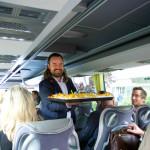 Nikolas Samios versorgt die Gäste der Hotspot Tour mit original Berliner Currywurst