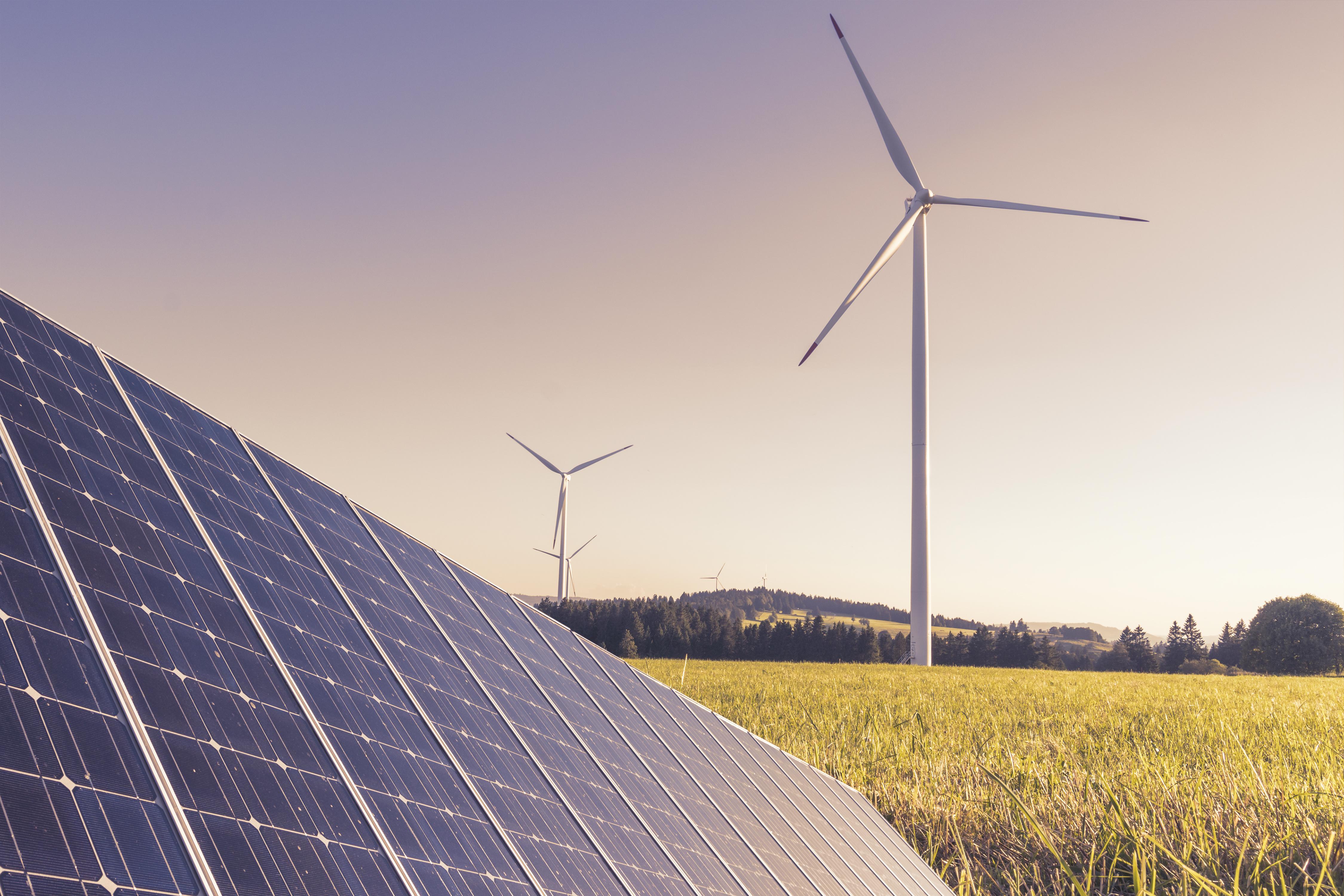 Technologie zur kologischen Energie Produktion im Abendlicht - Windkraftwerk und Solaranlage
