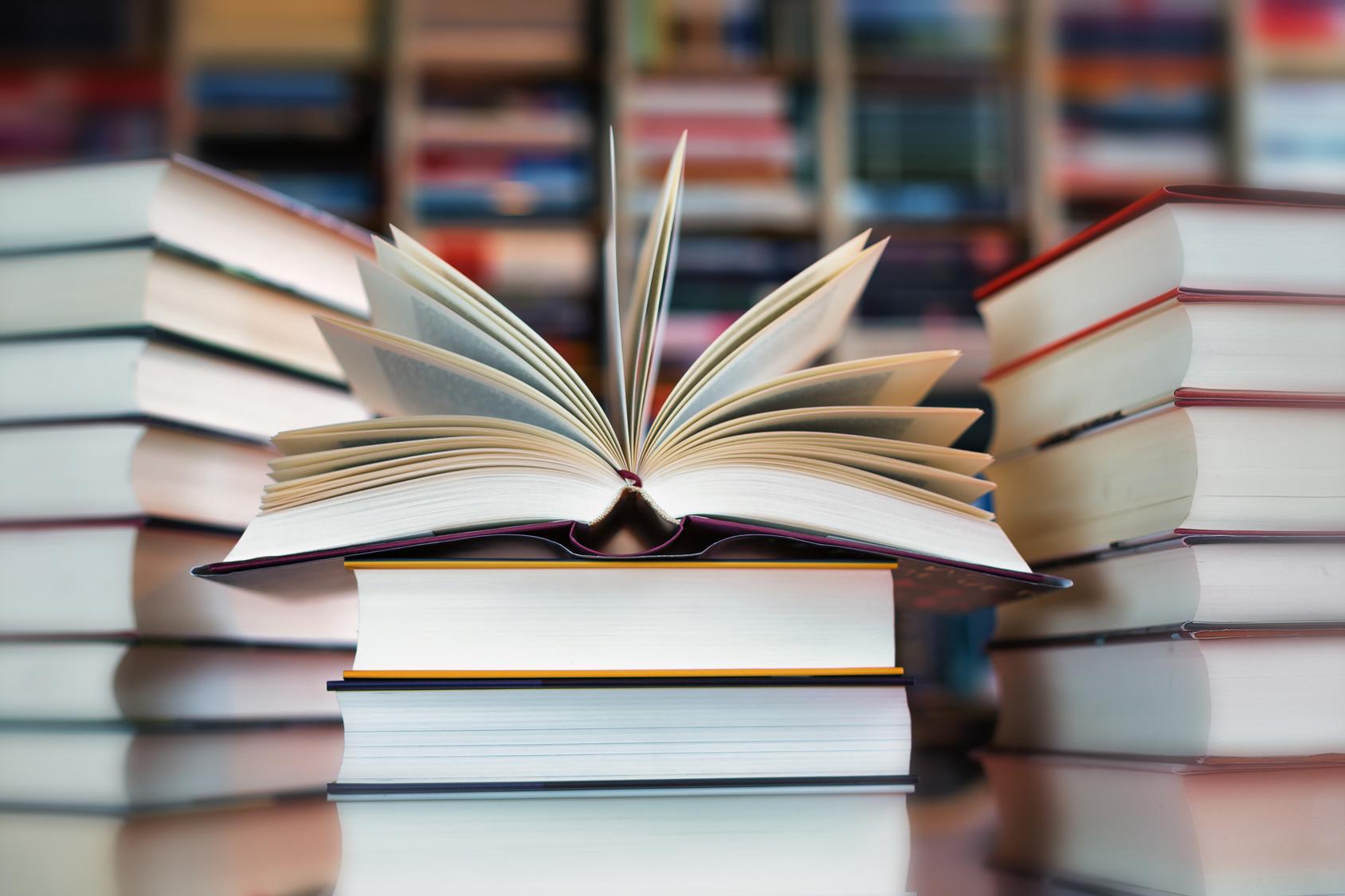 Bücherstapel mit Vignette